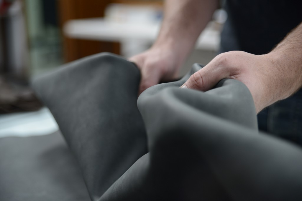 SEROIL PLSN provides soft and full leathers, with good roundness. It presents an optimum distribution in the leather, due to its well balanced sulphatation degree. SEROIL PLSN is applied in any kind of leather: cow hide, sheep or goatskins